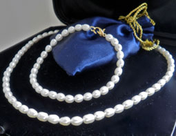 Timeless jewelery set consists of freshwater pearls (cream, gold plated)